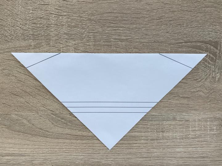②切り抜いて正方形になった紙を半分(三角形)におります。このさいに角の部分がピッタリと重なるように折ることで綺麗に仕上がりが綺麗になります。定規などを使うとよいでしょう。
