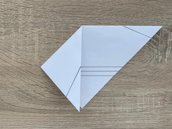 ③次に三角形の両端の角をもう一つの角に重なるようにして両方ともおります。