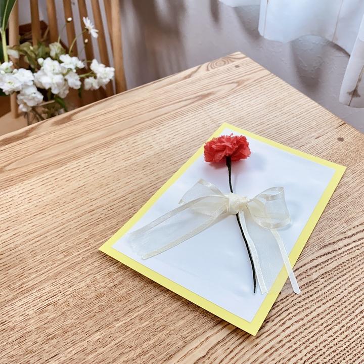 手作りしたカードをテーブルに置いたイメージ画像
