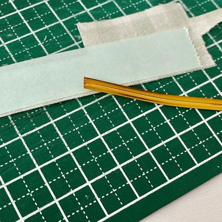 はぎれに両面テープを貼りビニールタイをくっつける