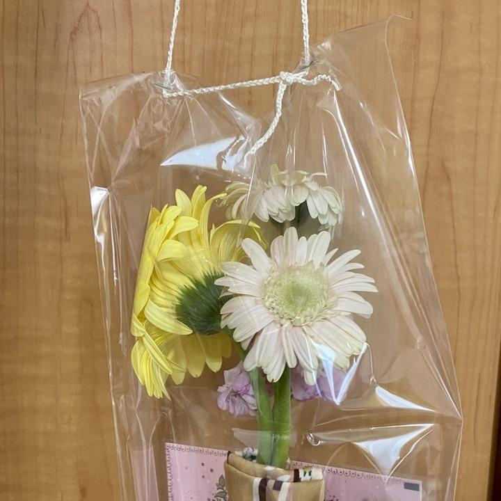 ハンカチで花をラッピングしているアイデア