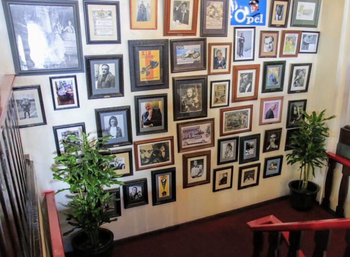 絵を眺めるちょっといい暮らし。壁を傷つけないで飾る雑貨と工夫の画像