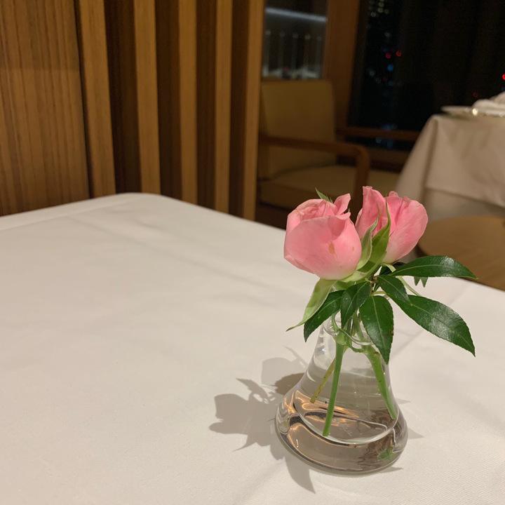 テーブルの上に置いた花の画像