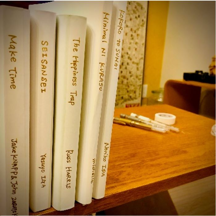 おしゃれなブックカバーで隠す、見られても恥ずかしくない本棚。の画像