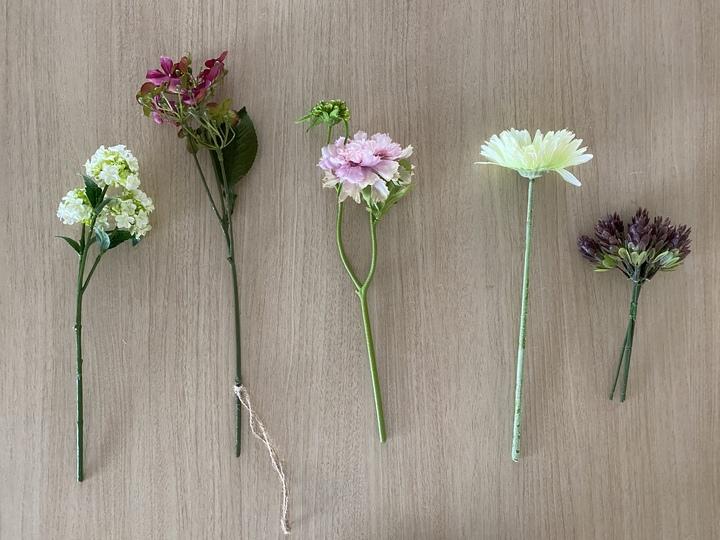 花瓶に入れるのは生花っぽいものを