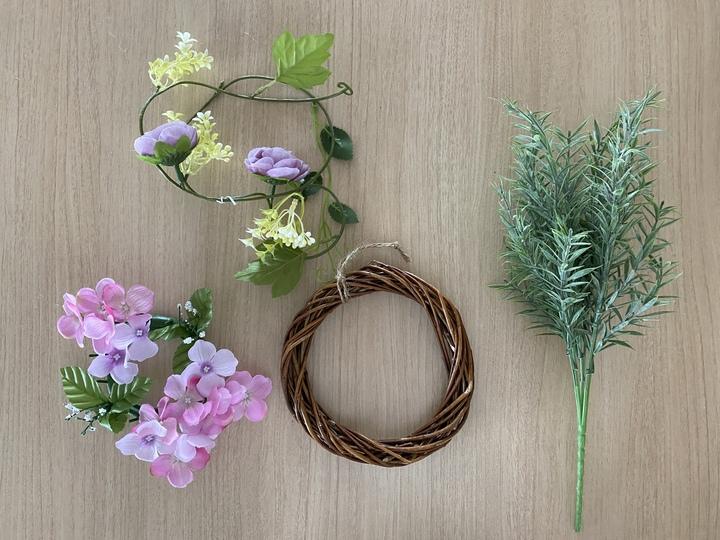 リースと可愛らしい造花を用意