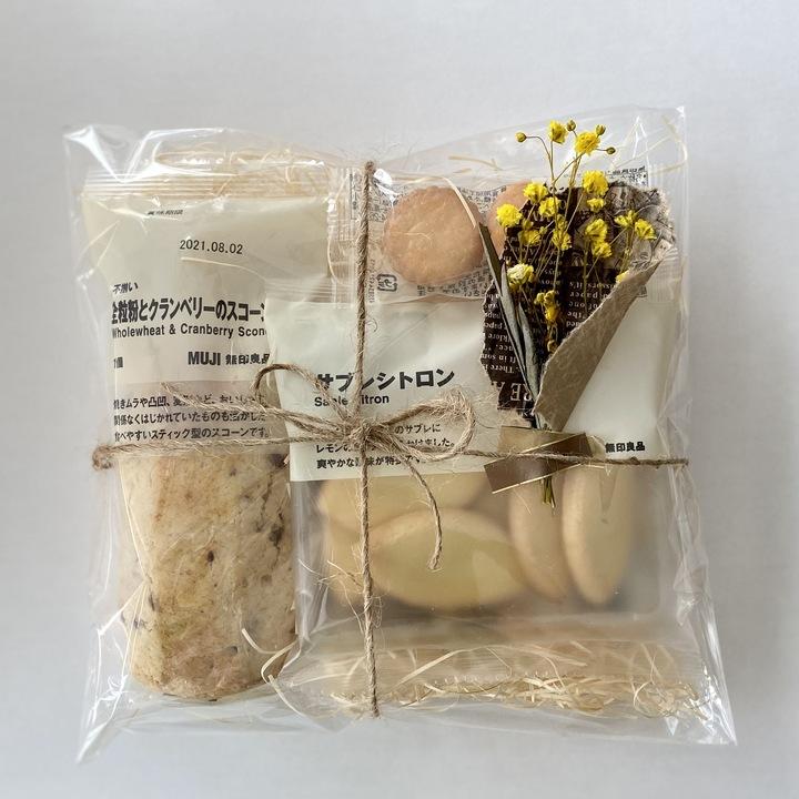 無印のお菓子を透明な袋で包んだラッピング