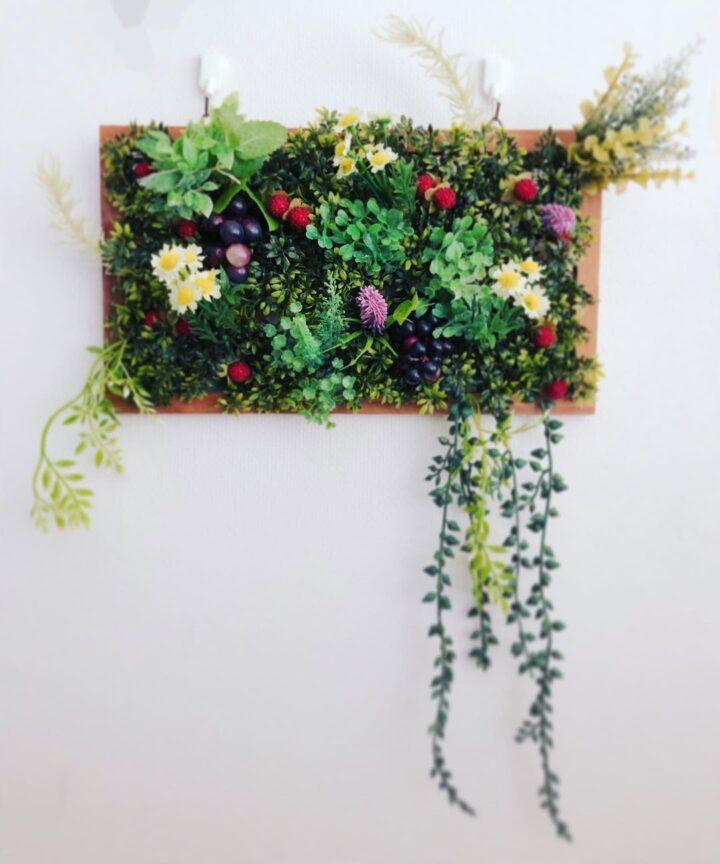 色鮮やかな壁掛けフェイクグリーンの飾り方