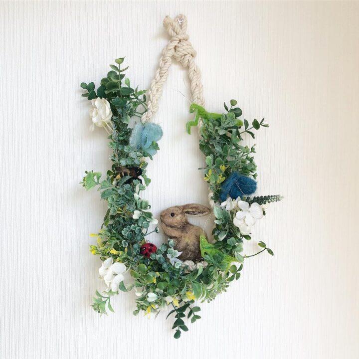 紐リースの壁掛けフェイクグリーンの飾り方