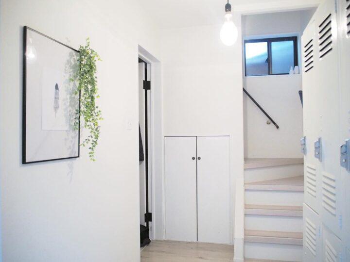 白くスッキリした玄関にフェイクグリーンを添える