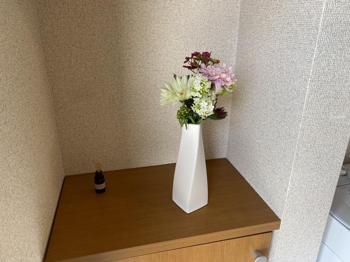 靴箱の上に花瓶のフェイクグリーン