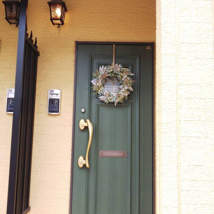 ドアリースを玄関外に飾る