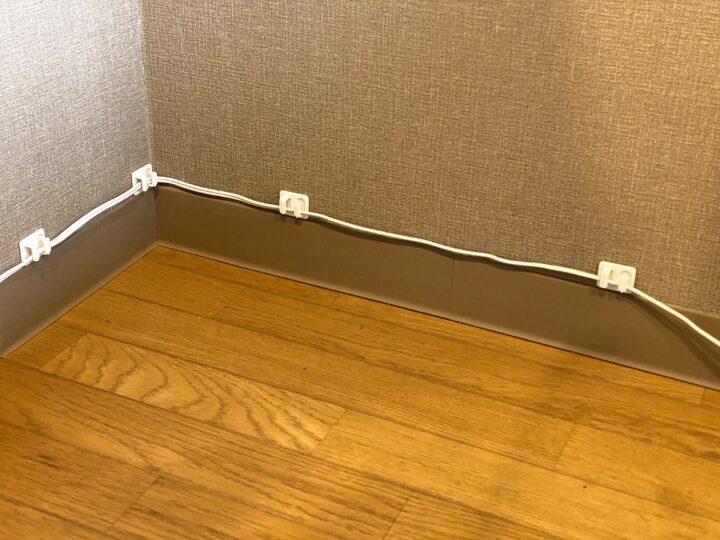 賃貸でも電源タップや延長コードを壁に固定するすっきり雑貨の画像