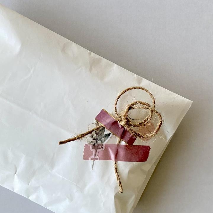 白い袋にシールを重ね張りして飾ったラッピング