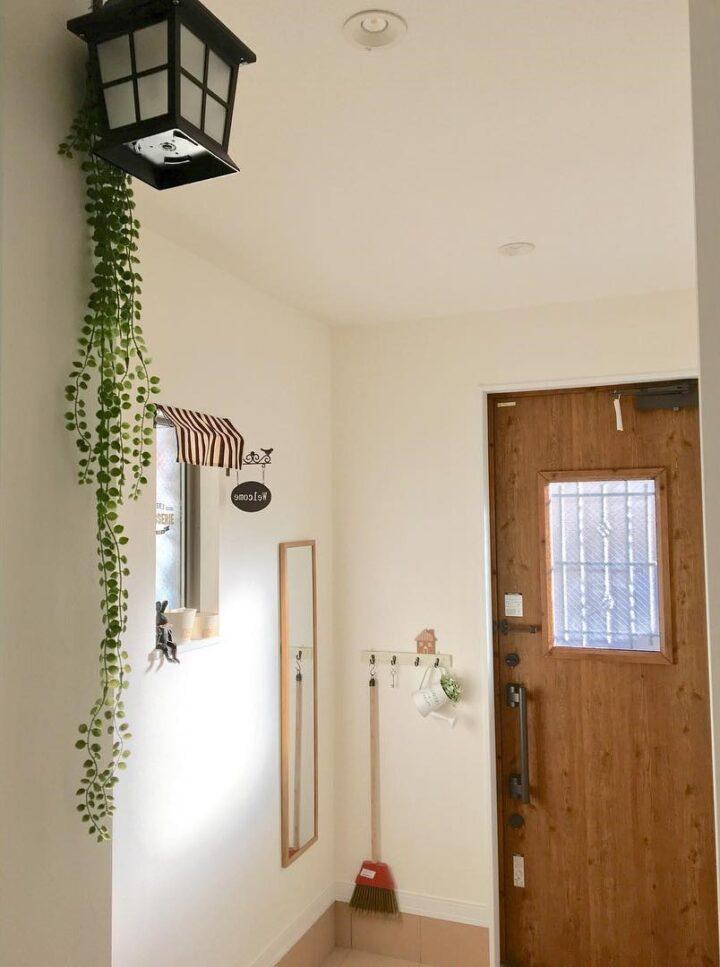 玄関におすすめのフェイクグリーンとおしゃれな飾り方の画像