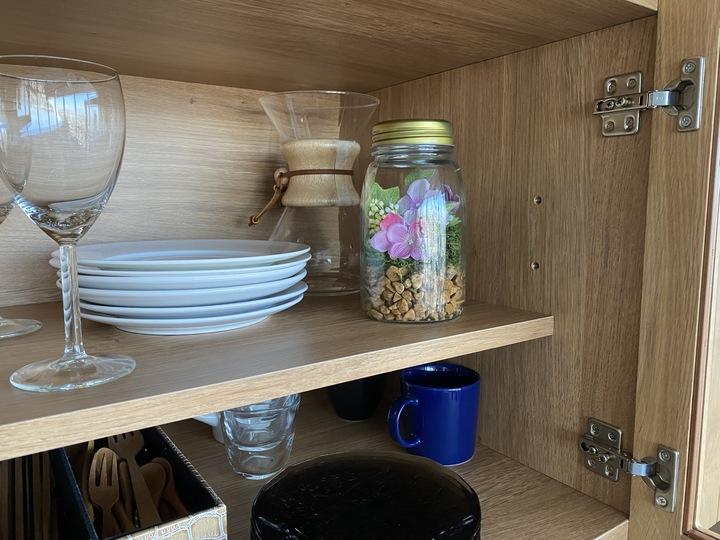 ガラスポットを食器棚の中に