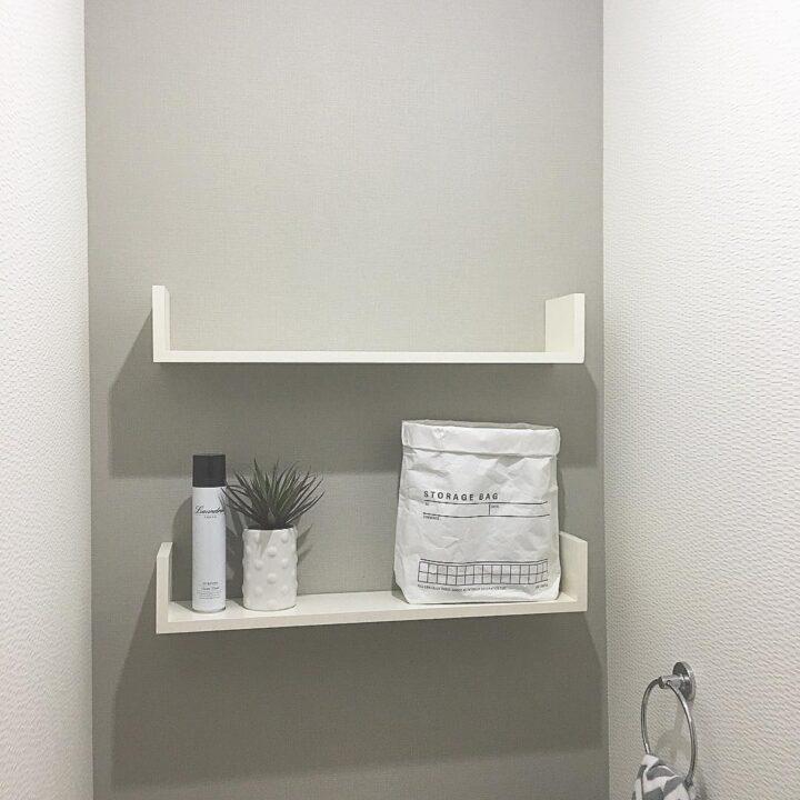 トイレのフェイクグリーン、白とグレーのモノトーン