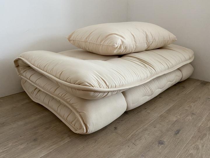 畳まれた布団のイメージ