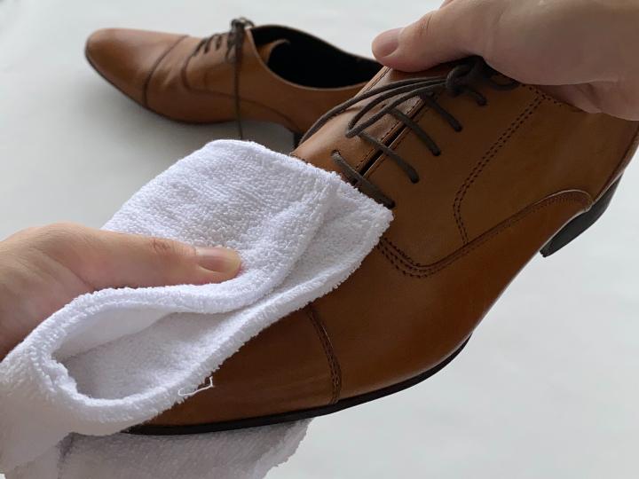 革靴のカビを落としているイメージ