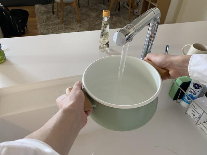 重曹で布巾の煮洗い_鍋に水を入れる