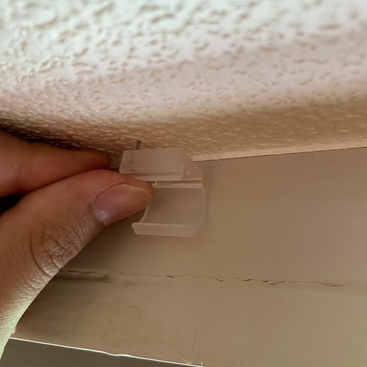 賃貸_延長コードを壁に這わせる_押し込んで固定