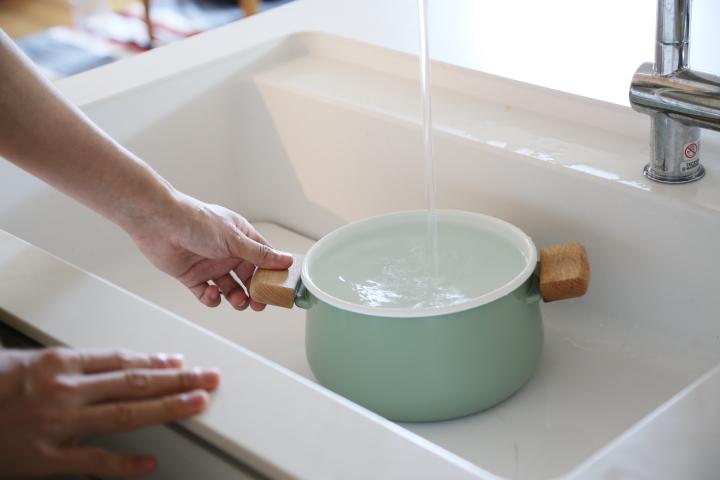 タオルの煮沸消毒_まずはお湯か水を入れる