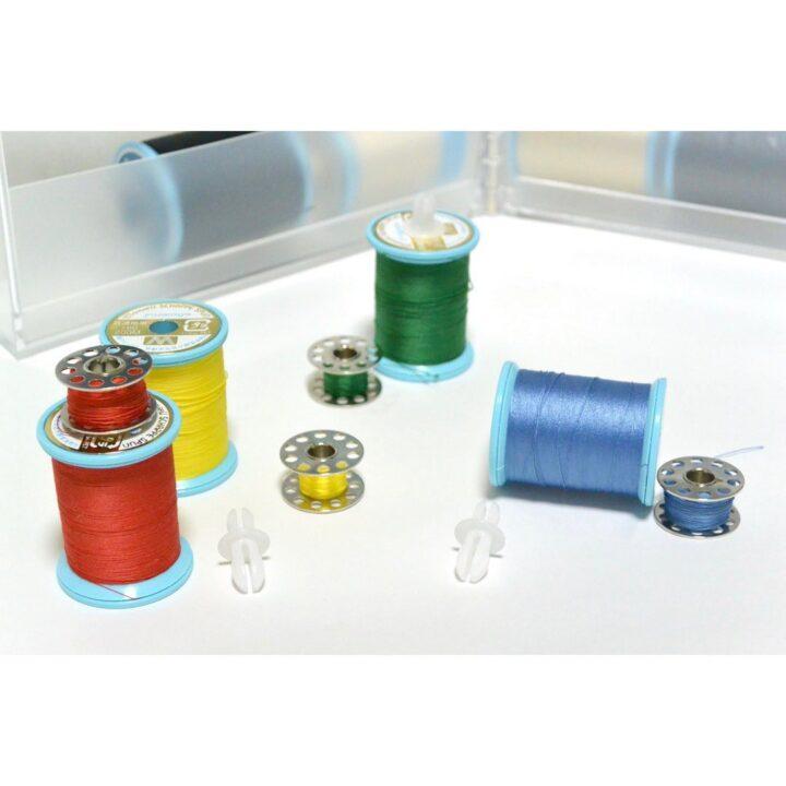 ボビンとミシン糸を一緒にしまえる手芸用品収納の画像