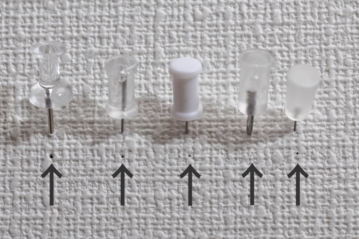 【比較】壁に穴開けない画鋲ー100均とメーカー品5点の画像