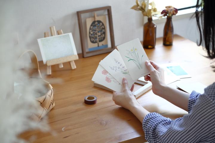 ポストカードはときめきの塊!お気に入りと暮らす飾り方の画像