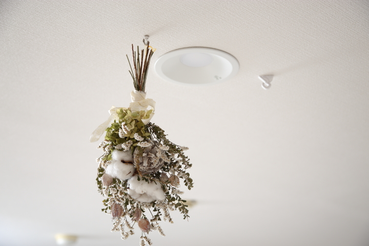 ドライフラワーの吊るし方天井に雑貨をおしゃれに吊るす飾り方の画像