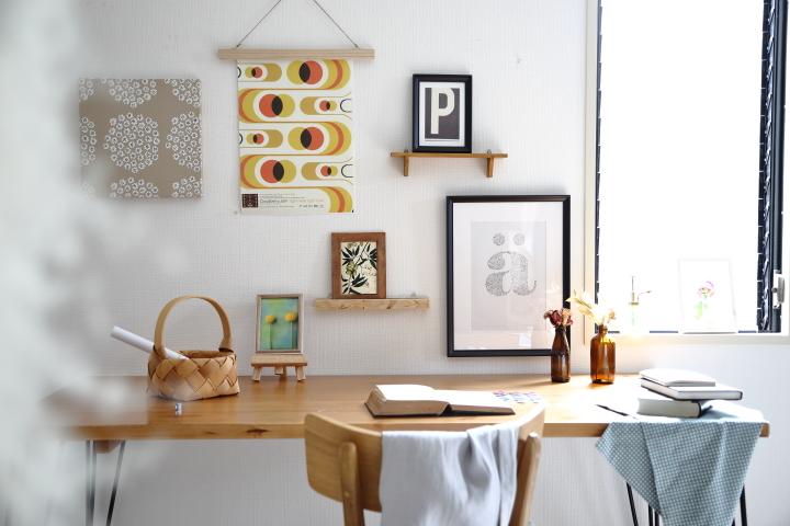 100均で楽しむ絵の飾り方。壁を傷付けずに飾るには?の画像